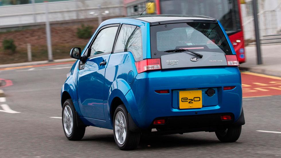 Mahindra e2o trasera dinámica coches electricos estrecho