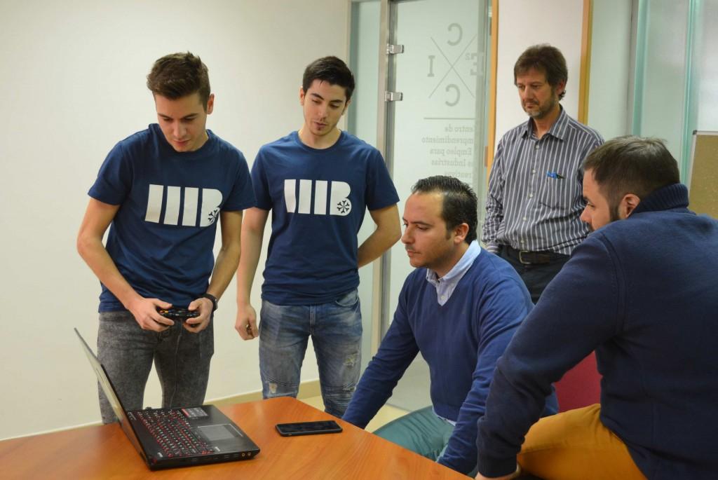 Alumnos de ESNE muestran a Roberto sus proyectos