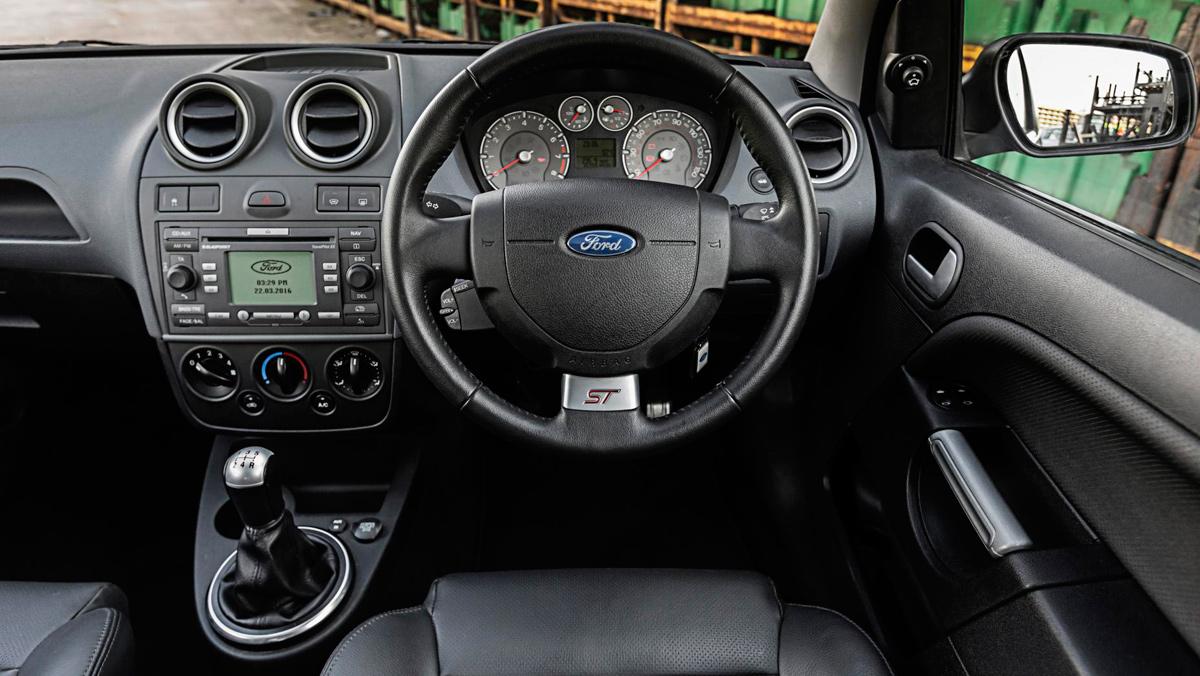 Ford Fiesta ST 2006, interior
