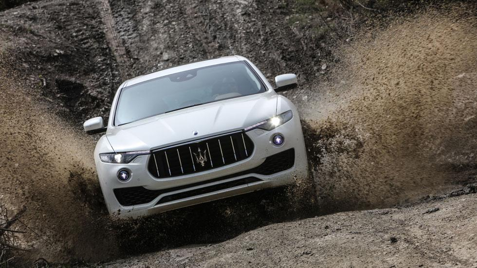 Maserati Levante off-road blanco charco