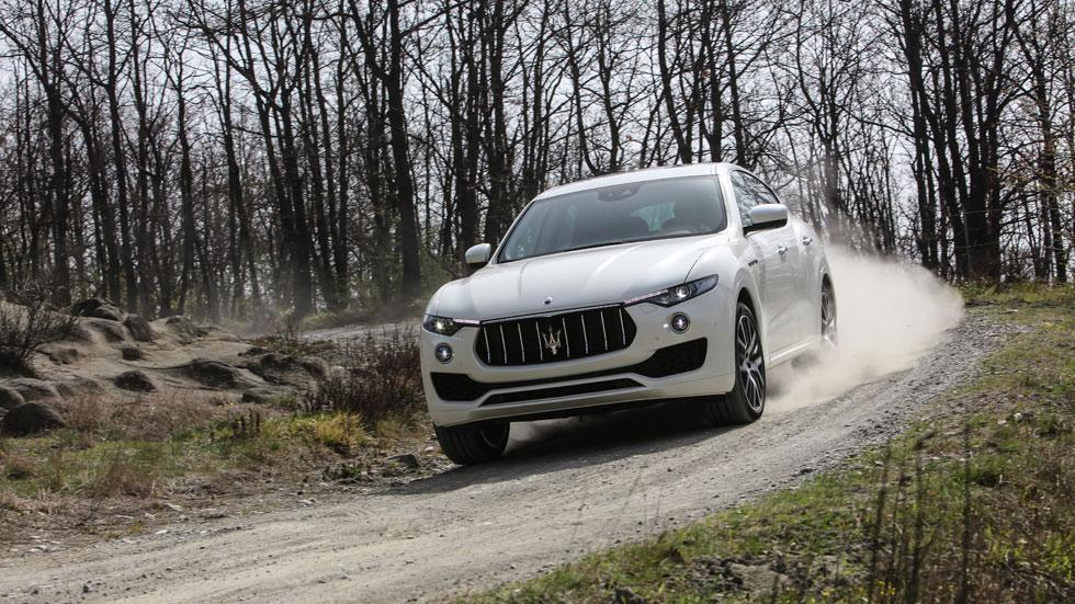 Maserati Levante off-road camino frontal blanco